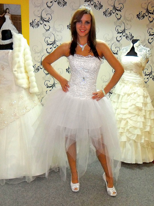 Elől rövid hátul hosszú menyasszonyi ruha egy tengerparti esküvőre  tökéletes. Egy forró nyári esküvőre is beillik 5805fe28ba